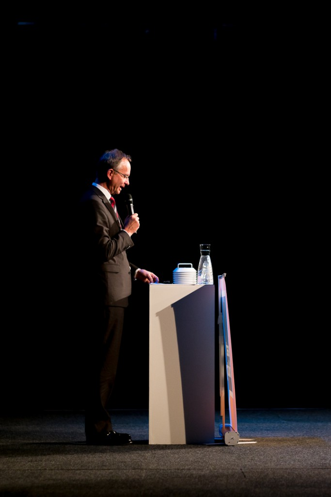 Minister Henk Kamp during his keynote. A job for the 75mm.